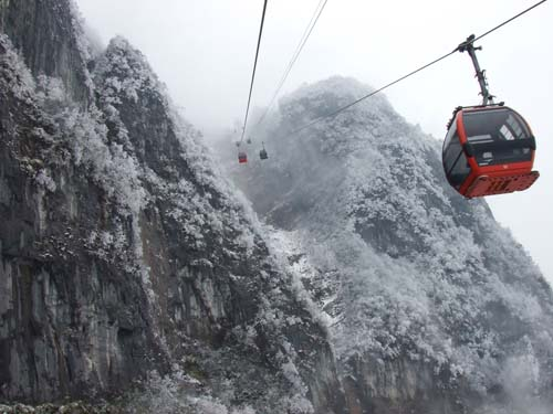 張家界天門山迎今冬初雪 網友拍迷人雪景