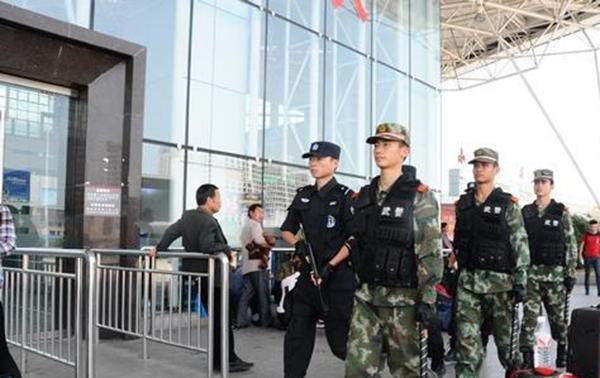 張家界公安武警持槍執守護 全力營造和諧節日氛圍
